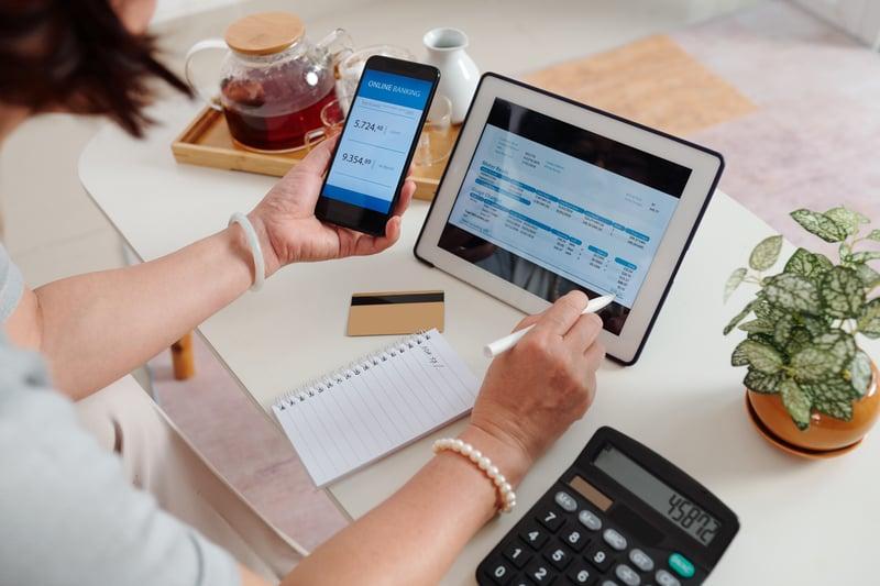 woman-paying-utility-bill-64X5QBL